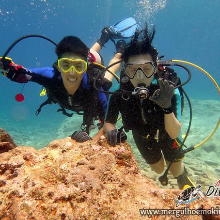 Casal de Hong Kong Mergulhando em Kerama - Aloha Divers Okinawa - Mergulho em Okinawa