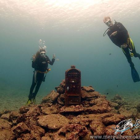 Casal se aventurando no Mergulho de Praia - Aloha Divers Okinawa - Mergulho em Okinawa