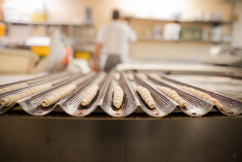 Bäckerei Ritter Käsestangen Käse streuen
