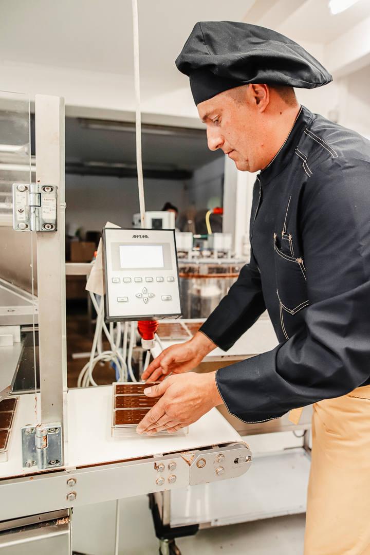 Herstellung handgeschöpfte Schokolade Bä