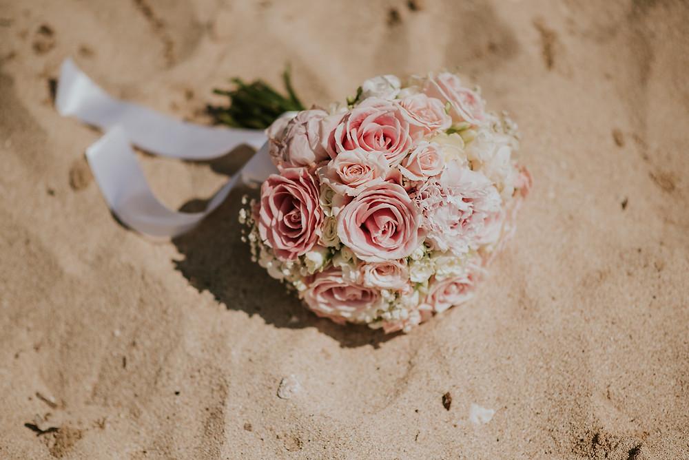 Hochzeit am Meer in Kroatien Heiraten am Strand Blumenstrauß rosa weiß Johanna Langer Weddings