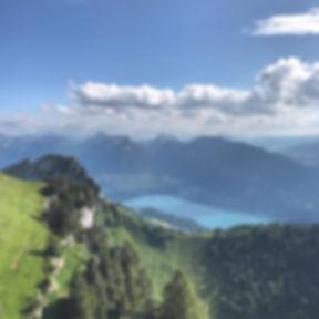 Course solidaire caritative Baskets aux Pieds vue du lac d'Annecy bluffy