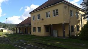 Budynek stacji i peron dworca kolejowego Krościenko