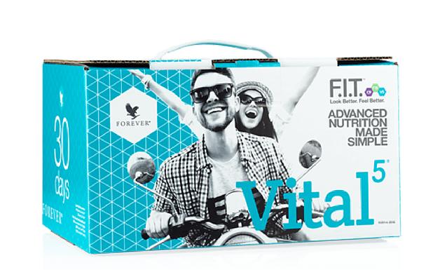 Homme et femme heureux à moto avec box Vital 5
