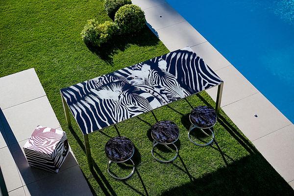 table extérieur motif zèbres en verre et inox. Produit made in france de qualité.