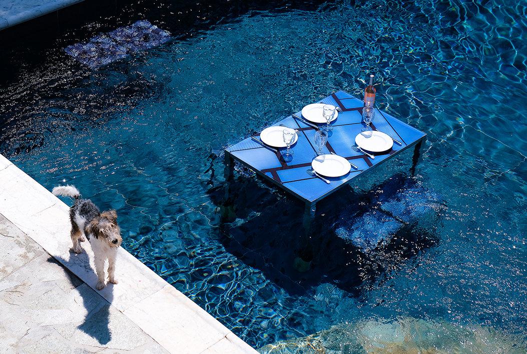 table d'extérieur et intérieur design avec une touche d'art photograpique, pour jardin et piscine en verre et inox.