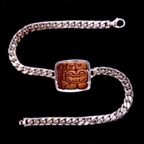 Tikal: collar de plata y madera tallada