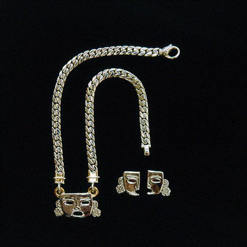 Mascara de mujer: collar y aretes de plata