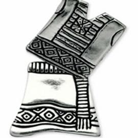 Huipil y anagua: broche de plata