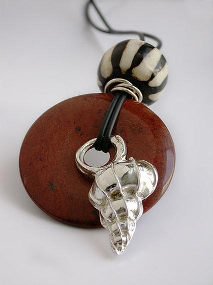 Disco caracol rayado, pendiente de plata y piedras