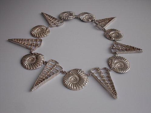 Fósil y vértebra: collar de plata
