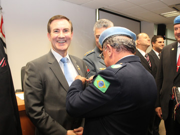 Personalidades civis, militares e religiosas recebem medalha das Forças de Paz da ONU