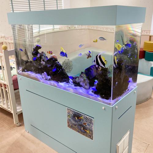 熱帯魚が泳ぐ水槽
