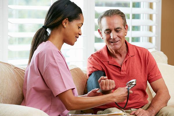Infirmière avec homme plus âgé