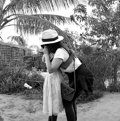 Mulher e menina a abraçarem-se Moçambique Padrinhos do Mundo