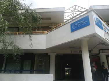 """Ковид-19 ја """"бојадиса"""" фасадата во трговскиот центар Техника во Карпош 3, Скопје"""