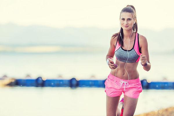 ダイエットの為に有酸素運動をする女性