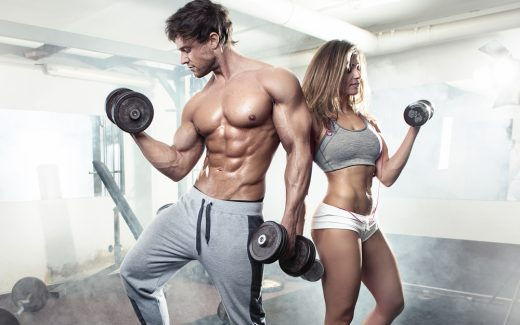 プライベートジムでトレーニングする男女
