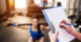 パーソナルトレーナーとダイエットに励む女性