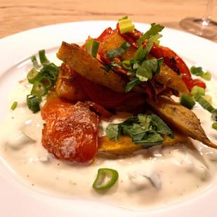 Ofengemüse aus Süsskartoffeln und Tomaten auf Joghurtsauce