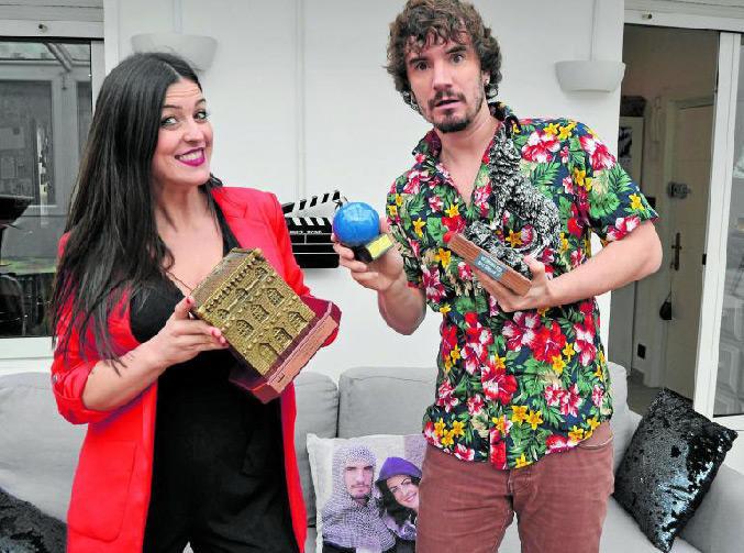 """La pareja de actores nos muestra sus premios con mucho humor. """"El mío -dice sosteniendo el Premio Ercilla de Teatro- vale como dos suyos"""", bromea Ylenia. - Iñigo Gómez"""