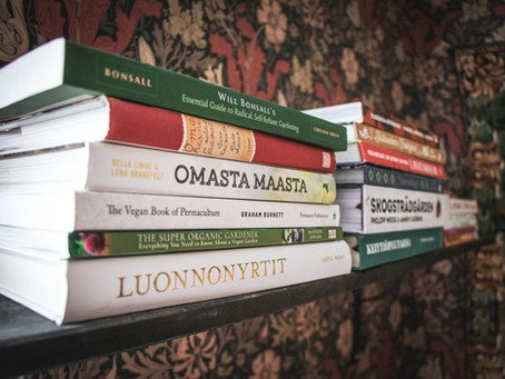 Kirjoja omavaraisuudesta ja kotitarveviljelystä kasvissyöjille