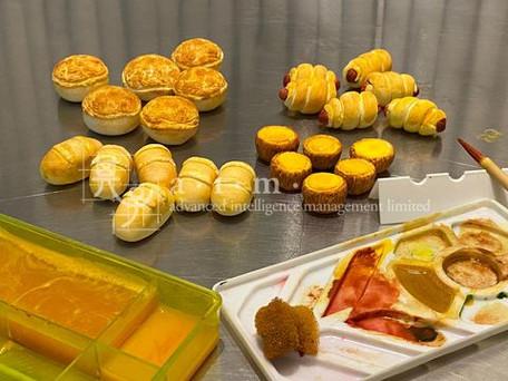 """新鮮出爐"" 菠蘿包、腸仔包 ""Freshly Baked"" Pineapple Buns, Sausage Buns"