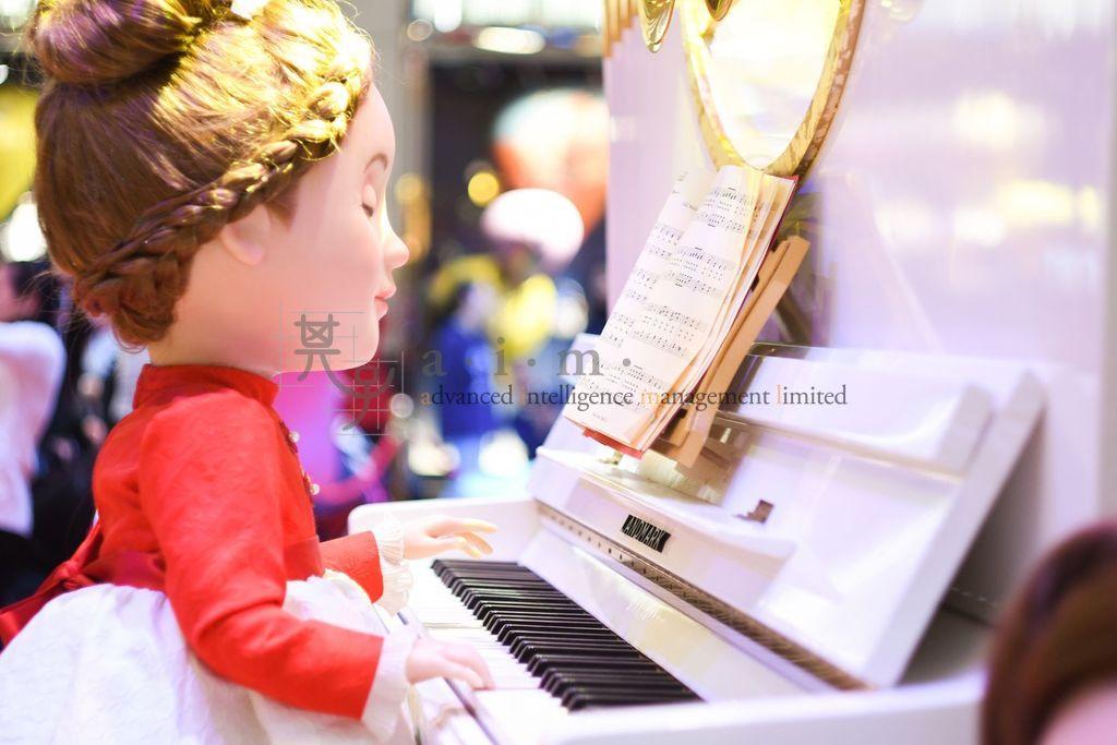 A kid pianist at Landmark