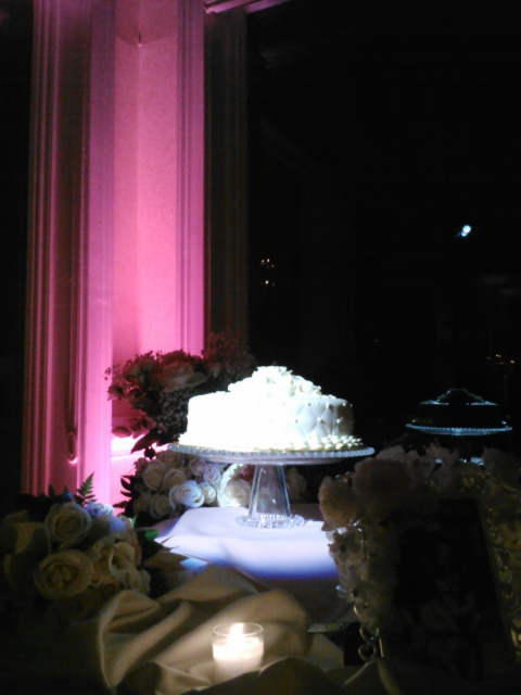 cake spot light with pink uplight