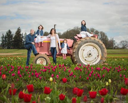 Tulip field photo sessions. Woodenshoe Tulip Farm. Family photos