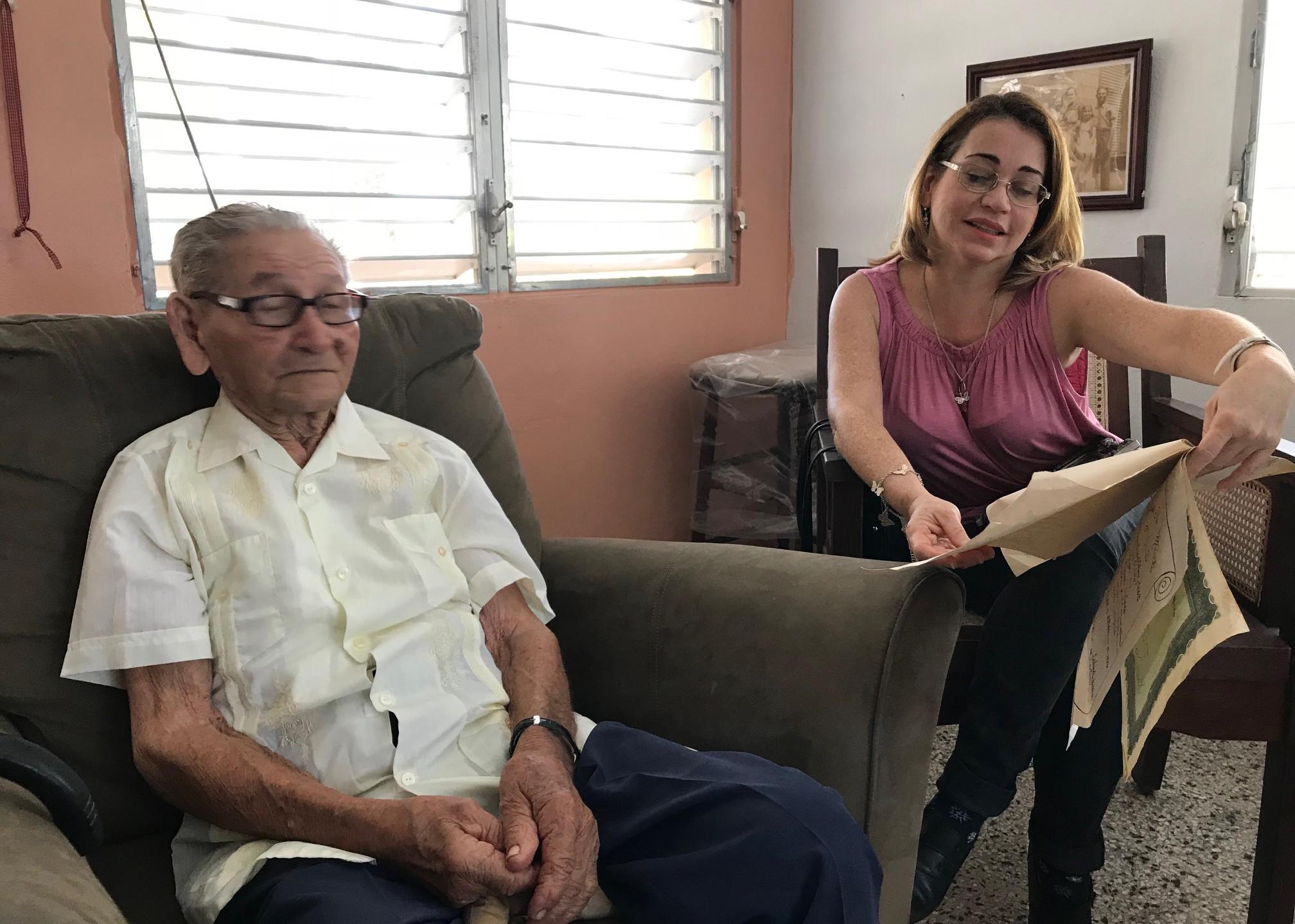 Don Luis, con la profesora Leticia Fernández.