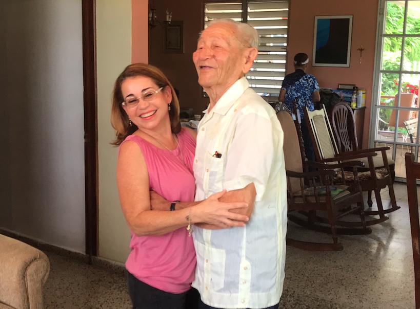 Don Luis baila un bolero con la profesora Leticia Fernández.