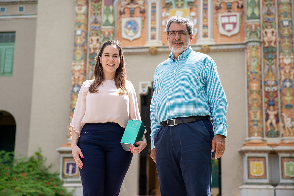 Camila Morales Navas y el Dr. Carlos Cabrera, frente a la emblemática Torre de la IUPI.