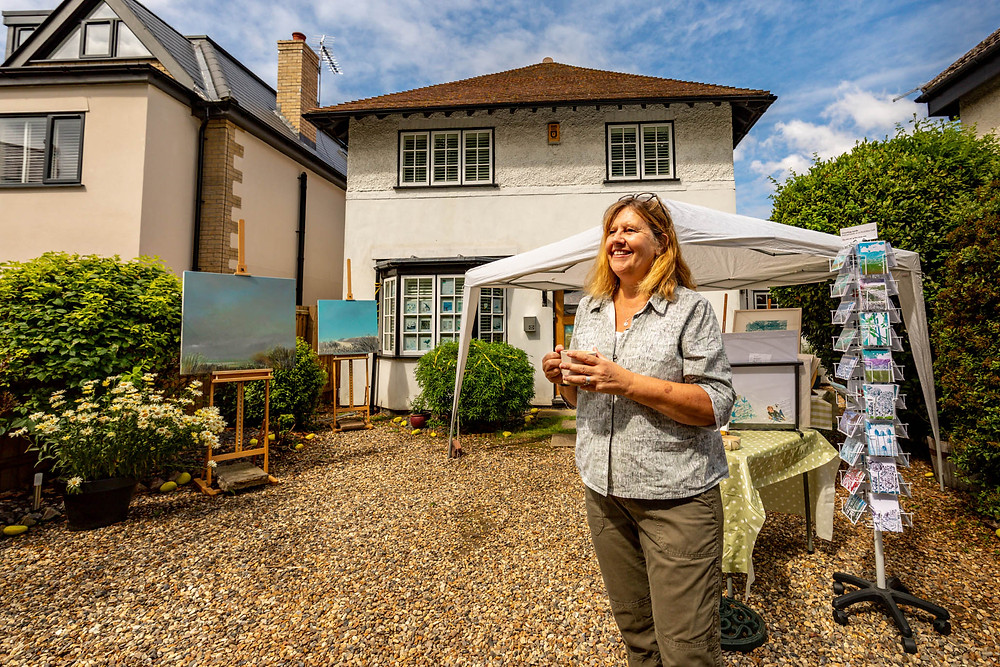 Local artist Jo Tumner carried on the wonderful Open Studions tradition by setting up on the front garden.