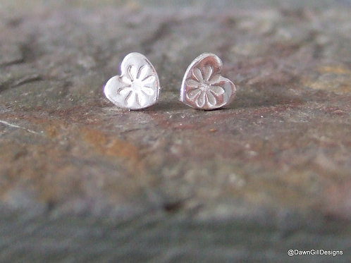 Daisy love heart stud earrings