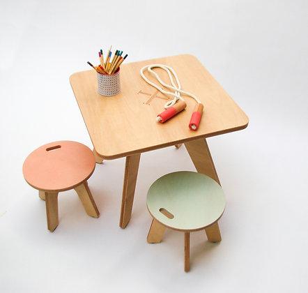 Conjunto de mesa y 2 bancos