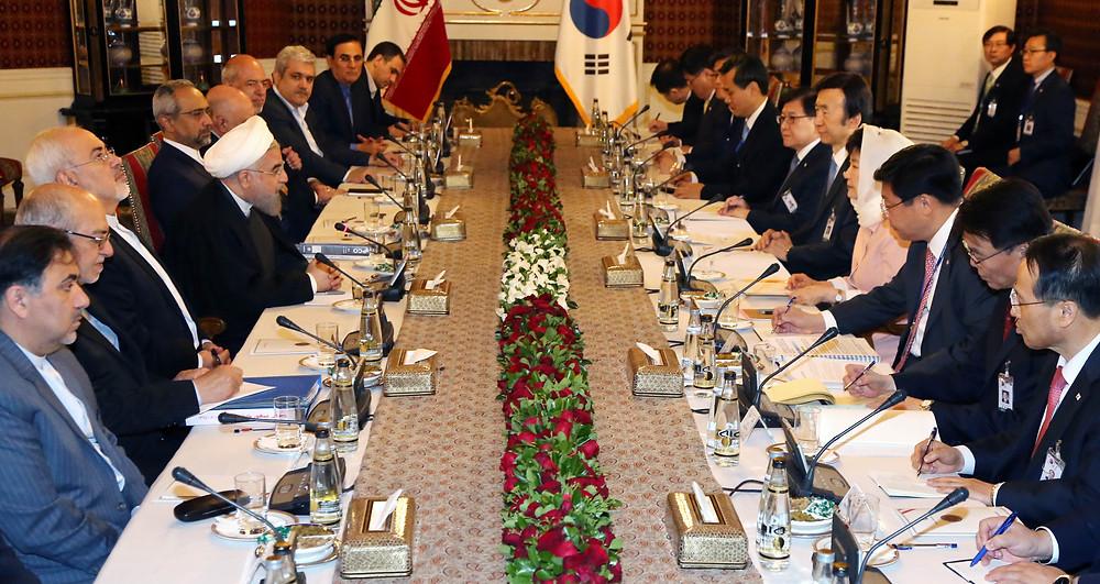 지난 5월1일 이란을 국빈 방문한 박근혜 대통령이 2일 오전(현지시간) 사드아바드 좀후리궁에서 하산 로하니 대통령과 정상회담을 하고 있다. 사진/뉴시스