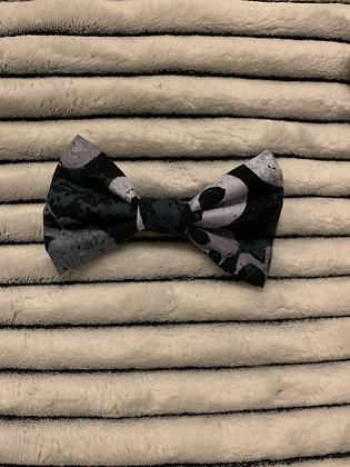 SALE Small Bow - Blue/grey skulls