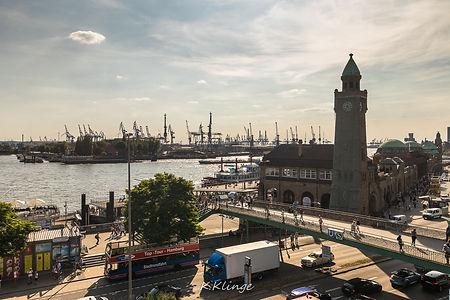 Die Landungsbrücken am Hamburger Hafen