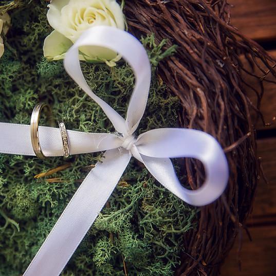 Fleurs-mariage-gard-porte-alliance-nature-ruban-rose