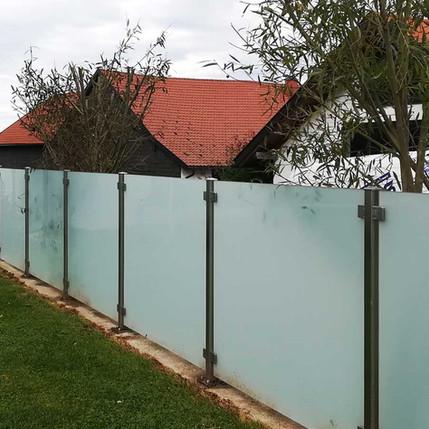 Zaun aus satiniertem Sicherheitsglas