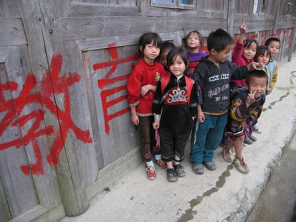 1996年,滋根开始注重改善教学条件,先后开始支持学校修建、图书室、民族文化进课堂、英语教师培训等.JPG