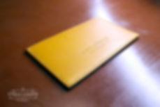 malé jednoduché pouzdro pro vizitky a karty ze žluté kůže
