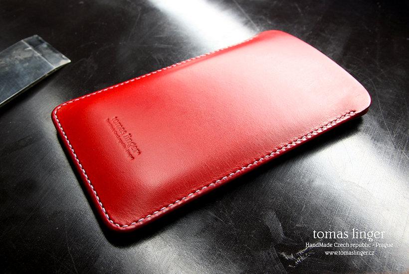červené pouzdro pro telefon z kůže