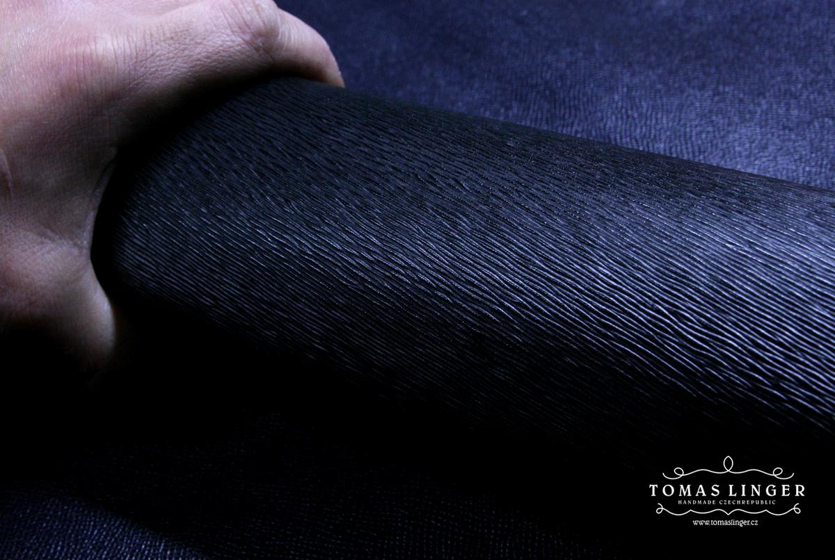 Useň Saffiano hluboký vzor černá