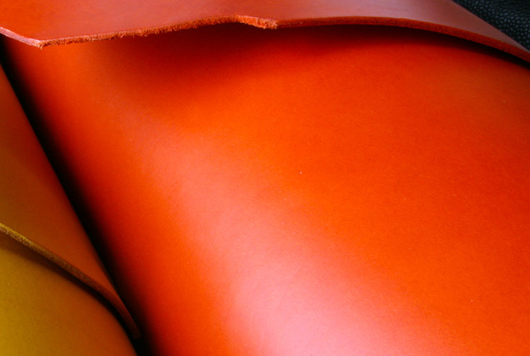 oranžové pouzdro pro telefon z kůže