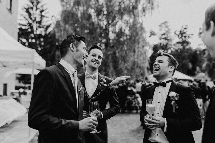 lustige hochzeit, bräutigam lacht, natürliche hochzeitsfotos
