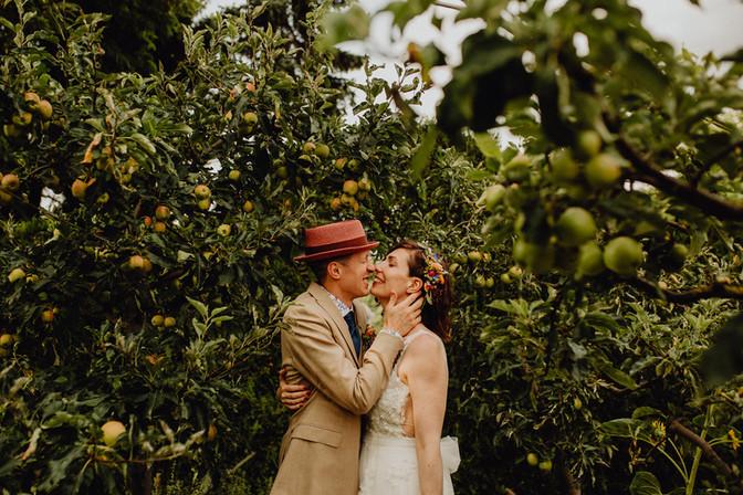 bräutigam mit hut, brautpaarfoto im grünen, brautpaarshooting im grünen, gartenhochzeit, hippi hochzeit, boho wedding vienna,  Ivory Rose Photography