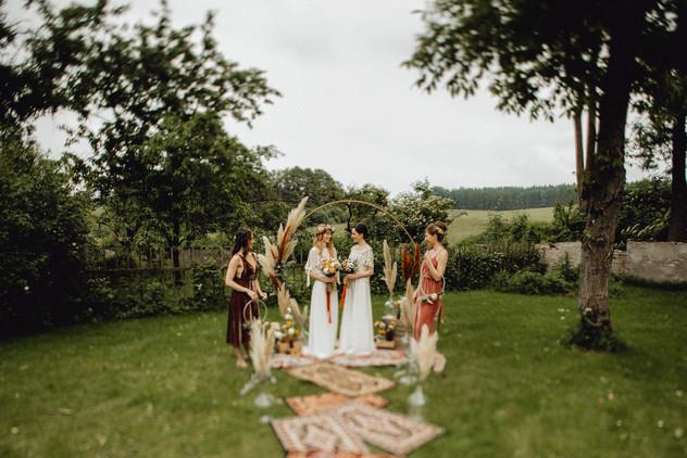 bohotrauung, runder trauungsbogen mit pampasgras, gleichgeschlechtliche hochzeit,  Ivory Rose Photography