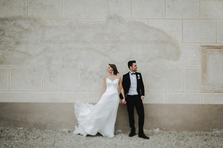 Brautpaar, Brautkleid weht im Wind, Brautpaar Schloss Walpersdorf, Hochzeitsfotografie Niederösterreich, Schlosshochzeit